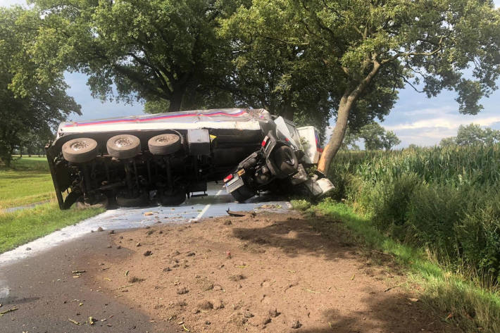 Schwerer Verkehrsunfall mit Milchtankwagen bei Oldenburg