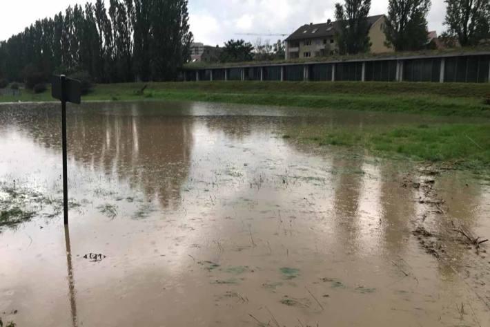 Fussballplatz unter Wasser