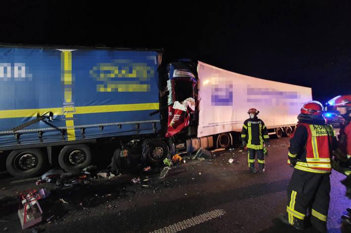 LKW fährt auf Stauende auf der A4 auf und wird im Fahrerhaus eingeklemmt