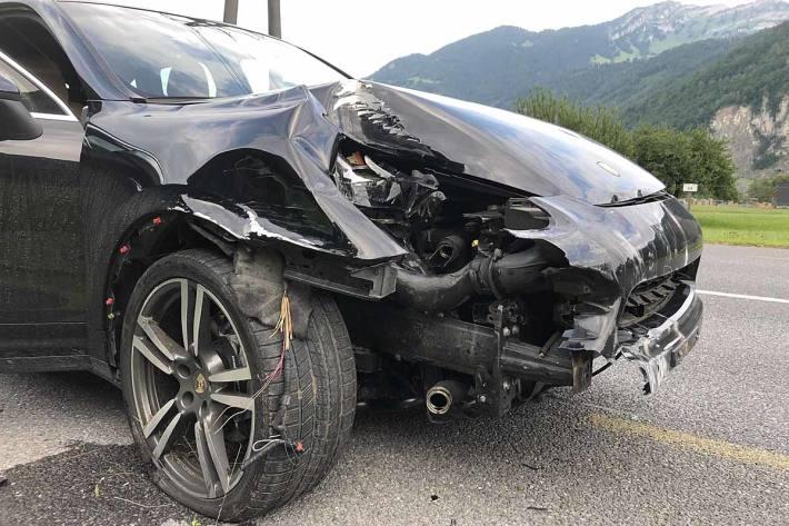 Am Auto entstand in Netstal Totalschaden