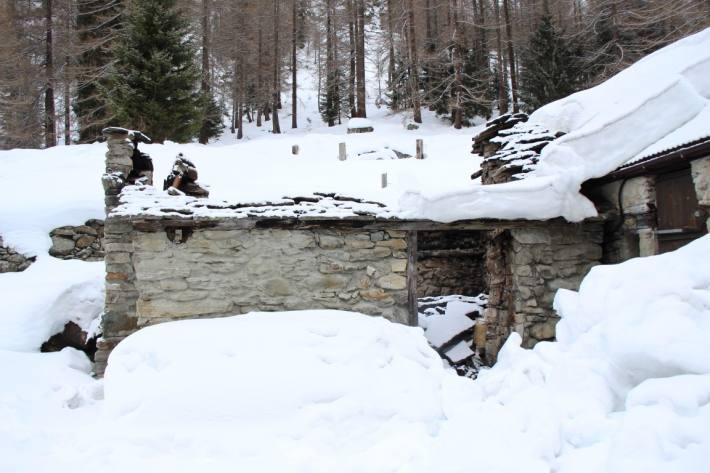 In Simplon-Dorf VS ist nach einem Brand in der Alphütte das Dach eingestürzt.