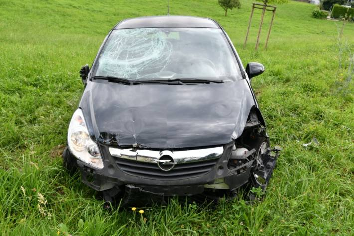 In Muri AG hat heute ein junger Mann die Kontrolle über seinen Opel Corsa verloren.