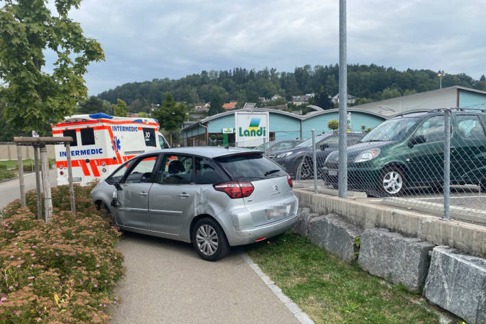 Senior auf Irrfahrt auf einem Parkplatz