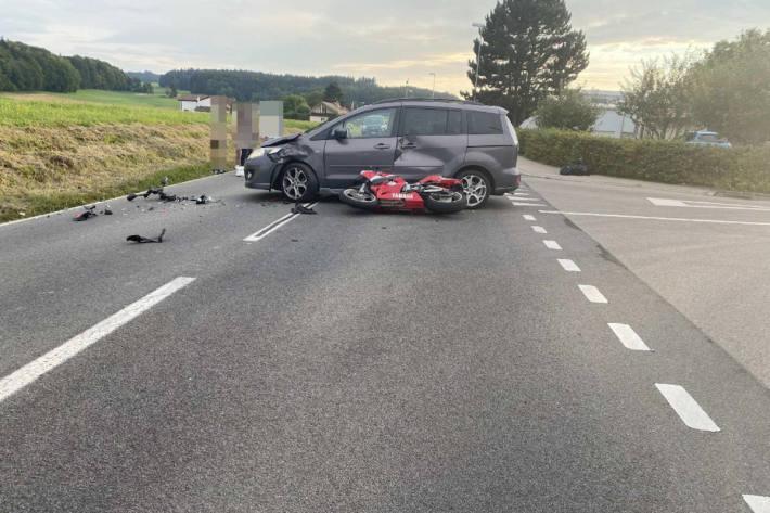Motorradfahrer nach Kollision verletzt im Spital in Siviriez
