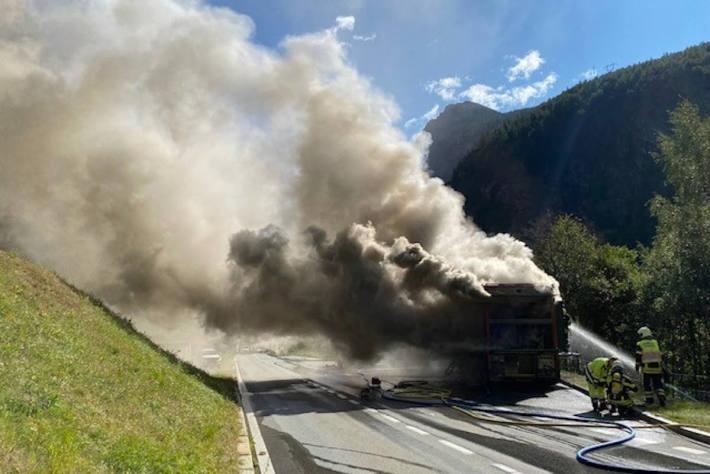 Löscharbeiten am brennenden Lastwagen bei Gabi VS