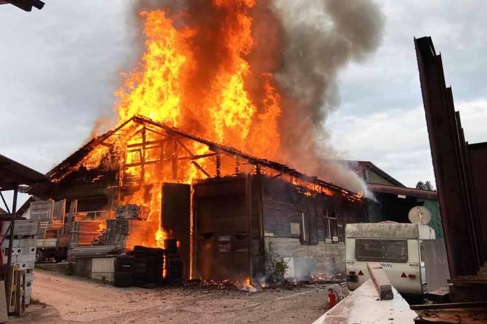 Brand zerstört Werkstattgebäude in Hallwil