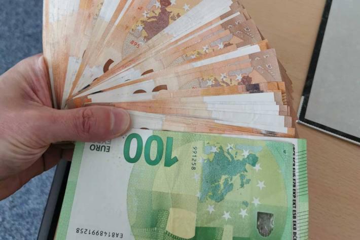 Ein Patient einer Arztpraxis hat in Bad Münder in dem Herren-WC, auf dem dortigen Waschtisch einen Briefumschlag mit dem Bargeld gefunden