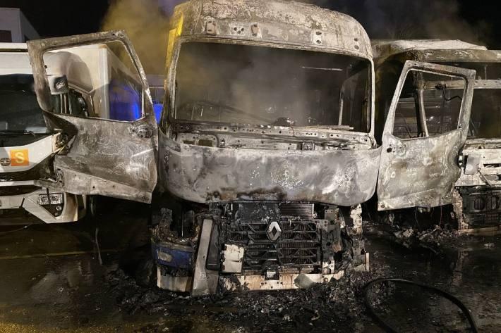 In Regensdorf ZH  sind heute Nacht bei einem Brand zwei Lastwagen vollkommen zerstört worden.
