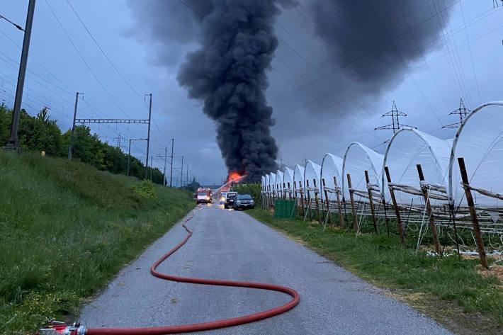 Brand in einem landwirtschaftlichen Hangar bei Ardon