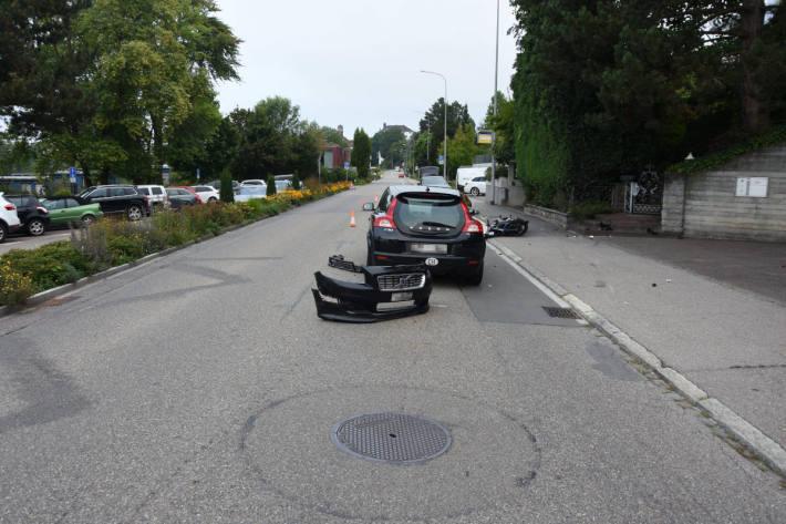 Motorrad kollidiert mit Auto