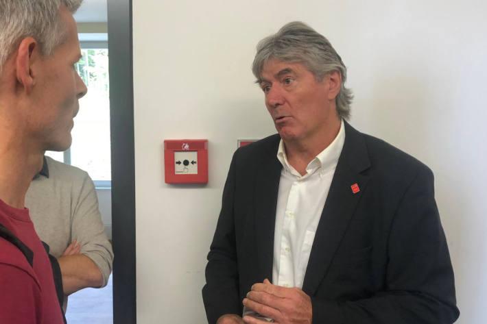 Köbi Kölliker stellt sich den Fragen der Journalisten.