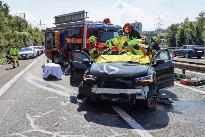 Schwerer Verkehrsunfall zwischen zwei Autos auf der A4