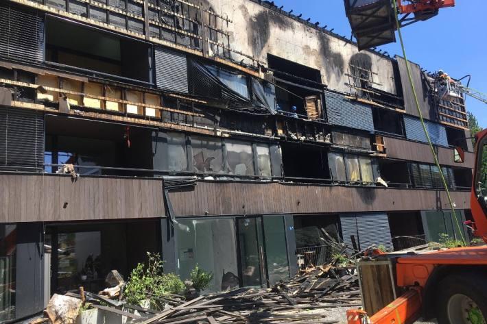 Ein Grossbrand zerstörte mehrere Wohnungen in Cham ZG.