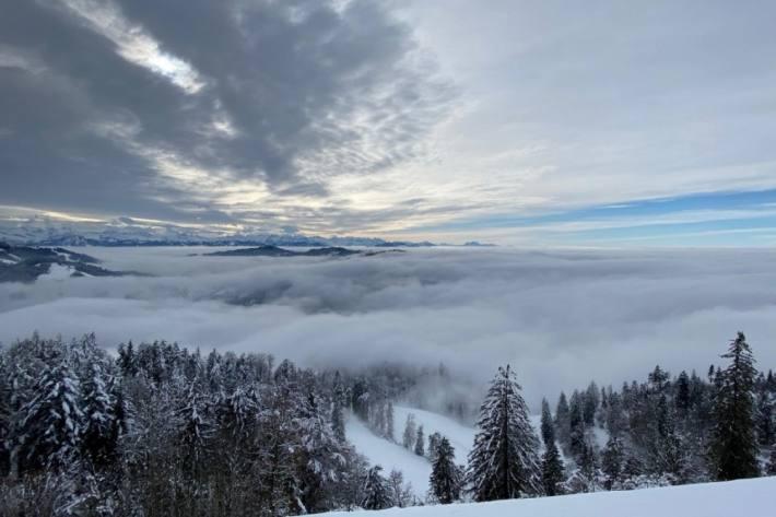 Blick vom Hörnli über das winterliche Zürcher Oberland Richtung Alpen, 10. Dezember 2020. Foto: Andreas Hostettler