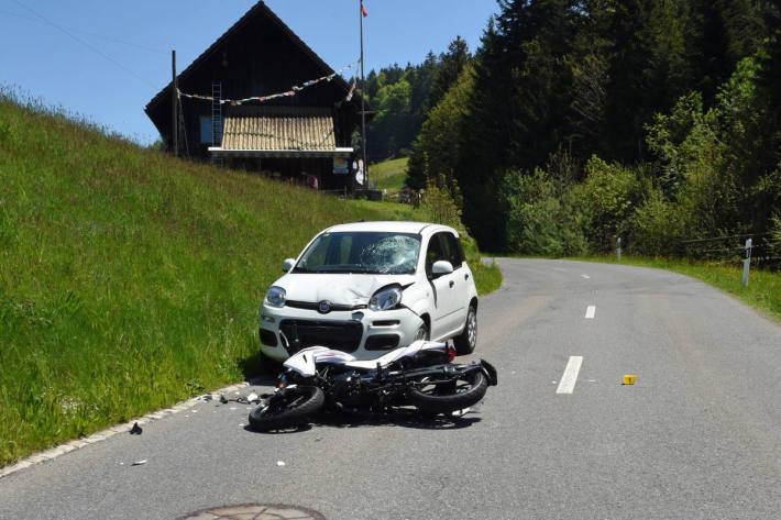 Motorradfahrerin bei Kollision mit Auto lebensbedrohlich verletzt