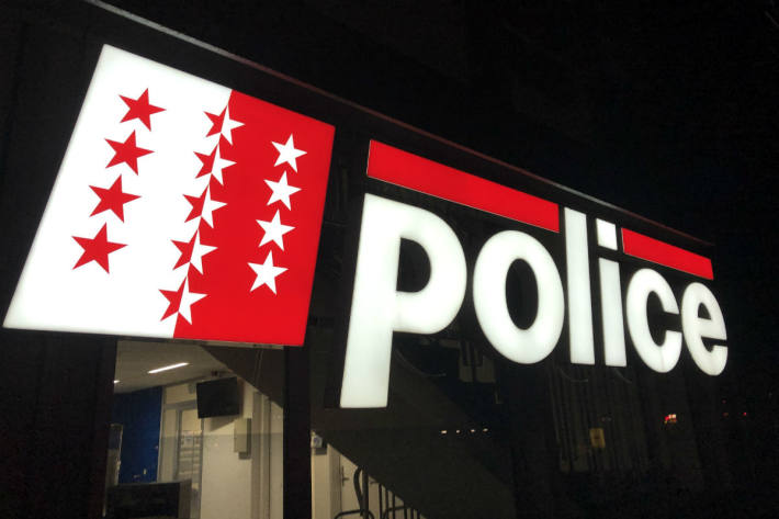 In Crans-Montana VS ist aktuell ein Polizeieinsatz wegen einer illegalen Veranstaltung im Gange.