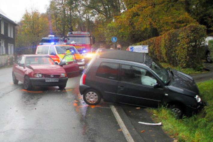 Bei dem Zusammenstoß der beiden Pkw in Wermelskirchen wurde der Unfallverursacher verletzt und sein VW kam erst im abschüssigen Straßengraben zum Stillstand