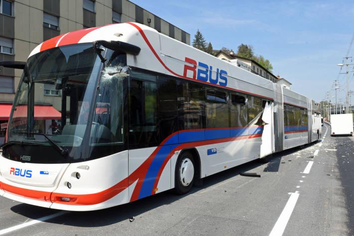 Fünf leicht verletzte Personen bei Streifkollision zwischen Bus und Auto mit angekoppeltem Verkaufsanhänger