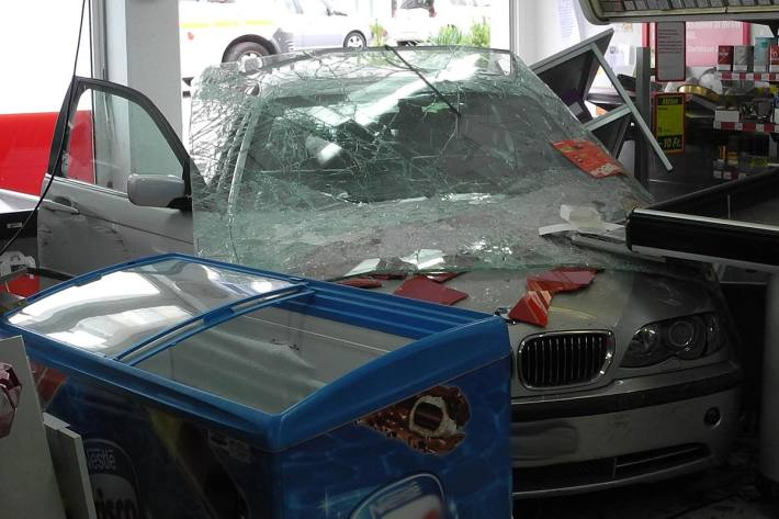 79-Jähriger verliert in Altendorf Kontrolle über BMW und fährt in Laden