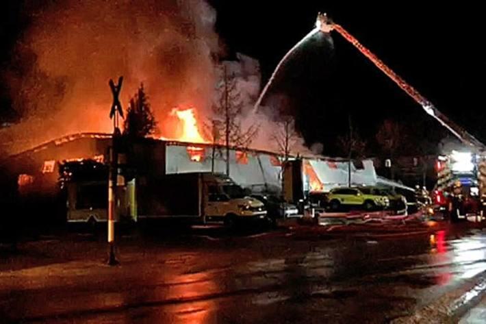 In Urtenen-Schönbühl BE wurde heute Morgen die Lagerhalle einer Schreinerei komplett zerstört.