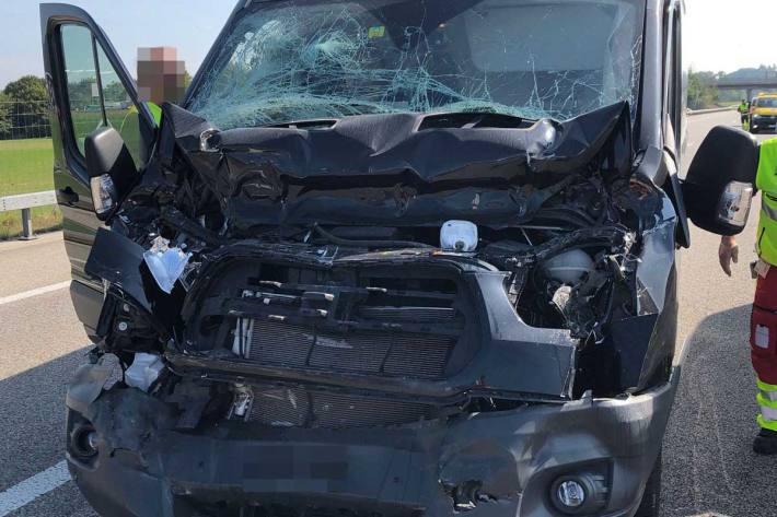 Lieferwagen prallt in Sattelmotorfahrzeug bei Härkingen