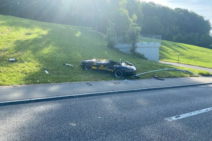 Beim Unfall in Wohlen AG wurde der Ford Cobra massiv beschädigt.