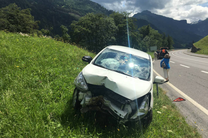 Unfallfahrzeug in Mitlödi