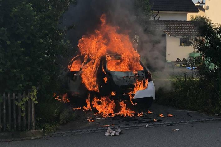 Beim Zigarettenanzünden ging das Auto in Flammen auf!