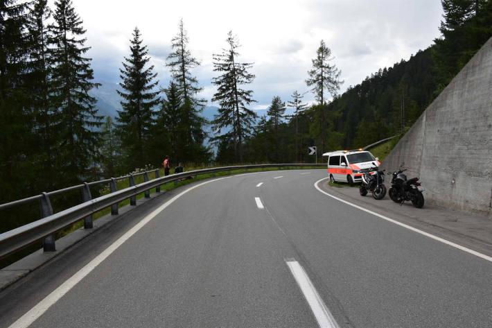 Motorrad mit Leitplanke kollidiert bei Davos Wiesen