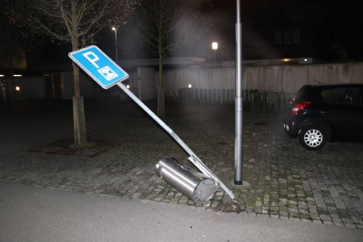 Gestern ist in Appenzell AI eine Frau in diverse Hindernisse gefahren.