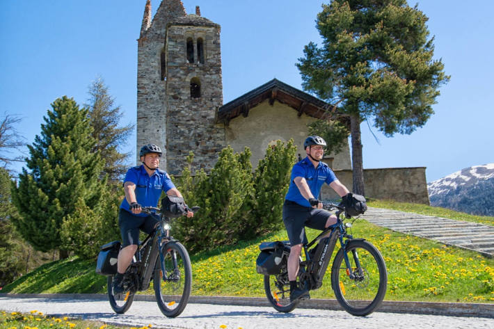 Sicherheitsassistenten mit E-Bikes in Celerina