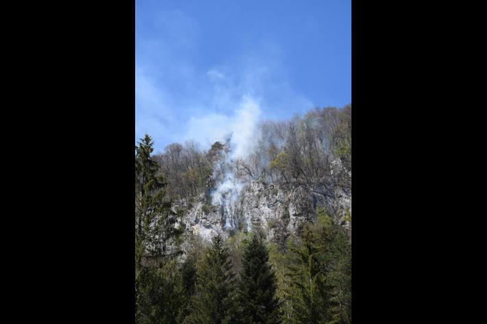 Helikoptereinsätze zur Bekämpfung von Waldbränden in schwierigem Gelände