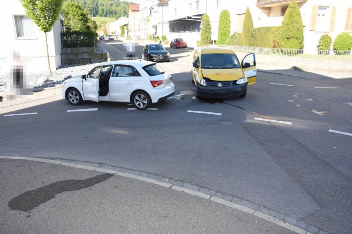 Verkehrsunfall zwischen Auto und Lieferwagen fordert zwei Verletzte
