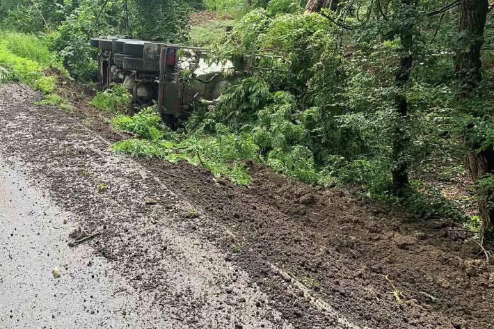 Vollbeladener Lastwagen von der Strasse in Rüdlingen abgekommen