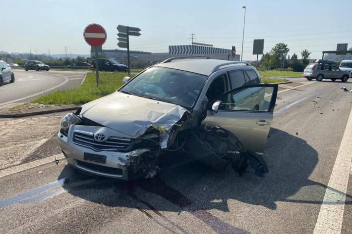 Kollision zwischen zwei Personenwagen in Hunzenschwil AG