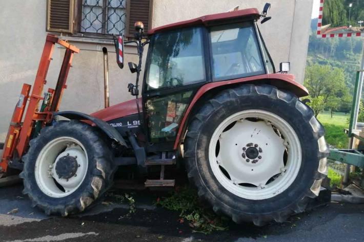 Traktor inkl. Anhänger erst gegen das Geländer einer Bachunterführung und danach gegen das Gemäuer des Schlosses Waldstein geprallt war