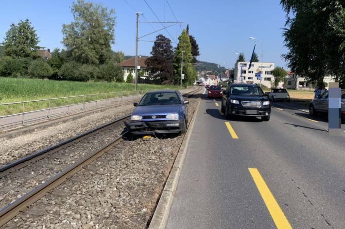 In Oberkulm geriet ein VW Golf gestern auf ein Schotterbeet der AAR Bahn.