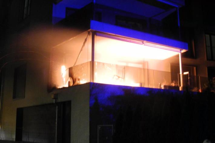 Sachschaden bei Brand auf Balkon in Ibach