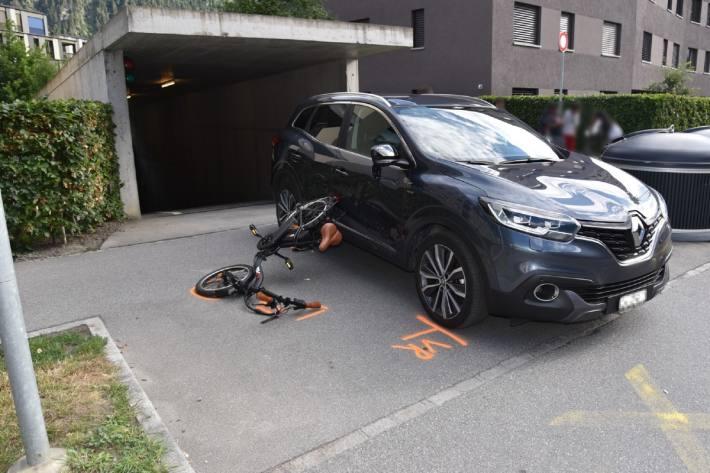 Beim Unfall in Domat/Ems verletzte sich ein 24-Jähriger E-Bike-Fahrer.