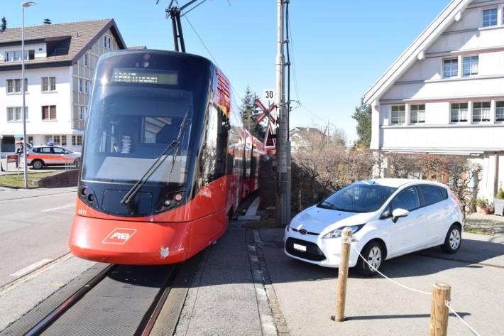 In Speicher AR kollidierten gestern ein Zug und ein Auto.
