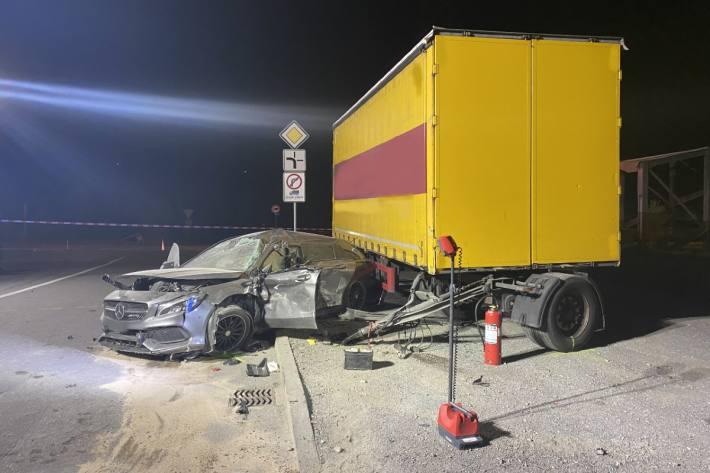 Der Fahrer im Mercedes verletzte sich beim Selbstunfall in Siders VS schwer.