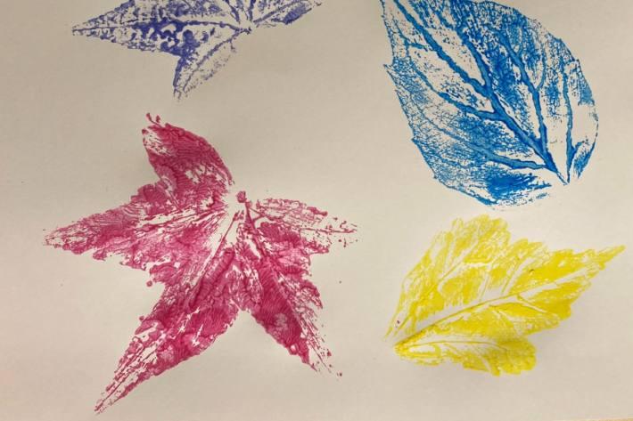 Stempeln mit Herbstblättern für Kinder