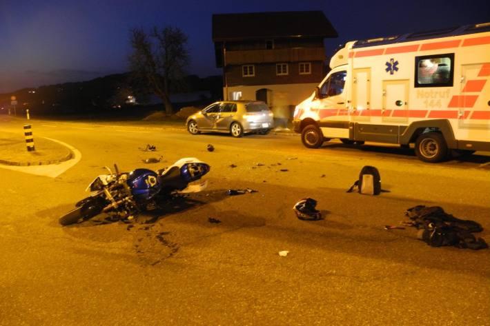 Beim Unfall von gestern in Einsiedeln SZ verletzte sich ein Motorradfahrer erheblich.