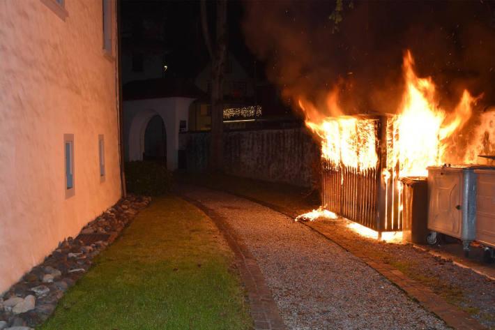 Brand eines Abfallunterstands in Stans