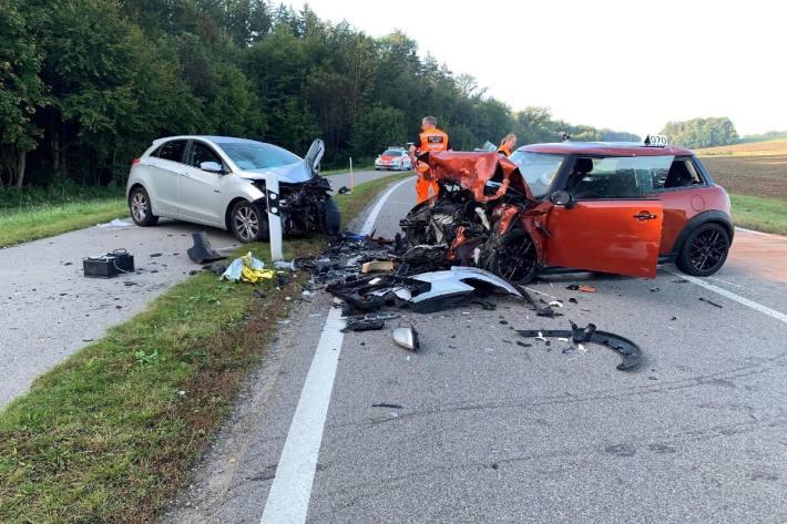 In Kloten ZH gerät ein 19-Jähriger mit dem Auto auf die Gegenfahrbahn und verursacht eine schwere Frontalkollision.