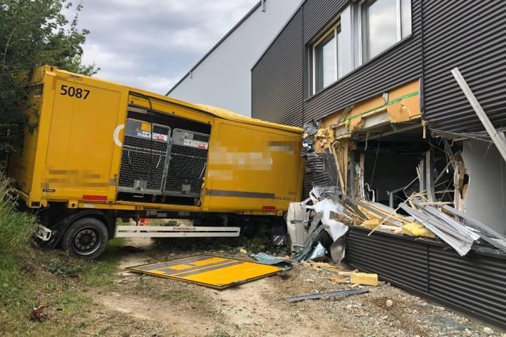In Härkingen SO ist ein Lastwagen samt Anhänger in ein Industrigebäude geprallt.