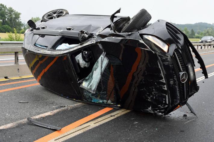 Das Auto überschlug sich und kam schliesslich nach 60 Metern auf der rechten Fahrzeugseite zum Stillstand
