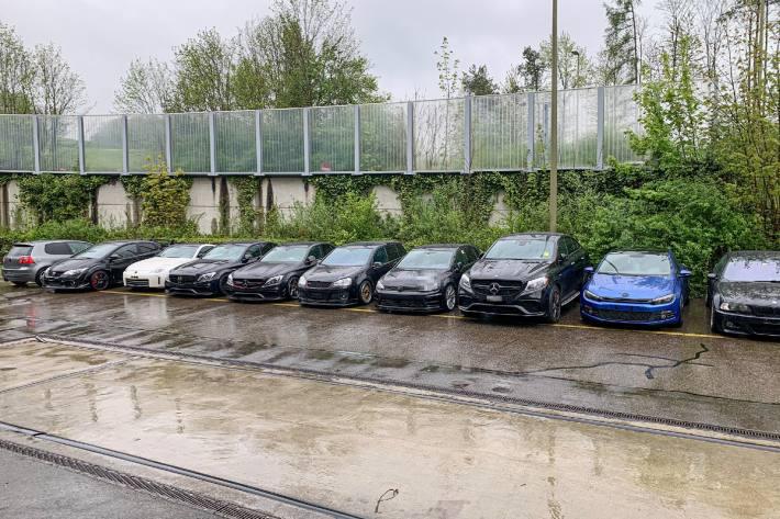 Viele Autos von der Polizei beschlagnahmt.