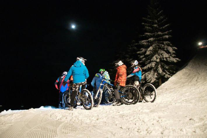 Mountainbiker treffen sich auf der Piste.