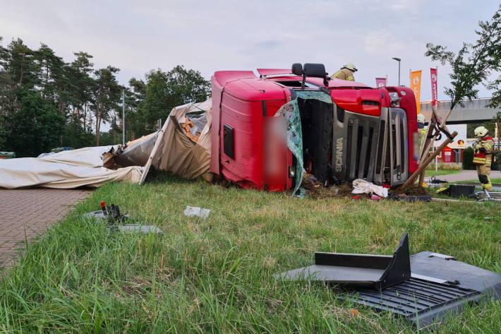 LKW Fahrer stößt mit Gebäude und zwei Pkw zusammen und stürzt um auf Rasthof bei Lehrte